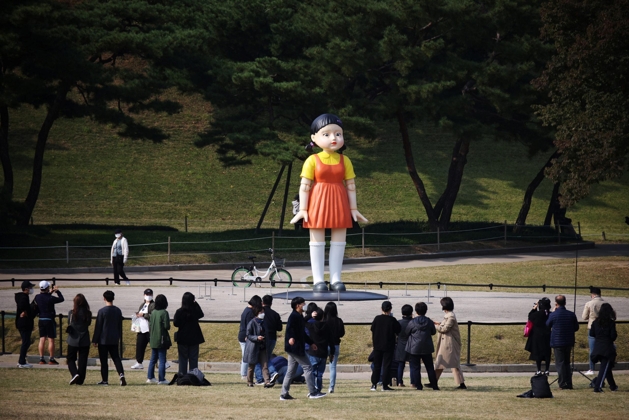 'Luz roja, luz verde': Netflix instala muñeca de 'El juego del calamar' en Seúl