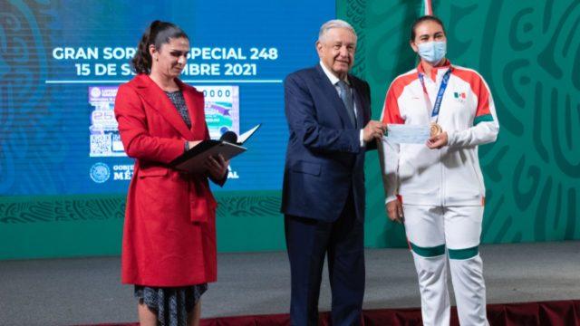 Entregan a medallistas de Tokio 2020 premios por 110 millones de pesos