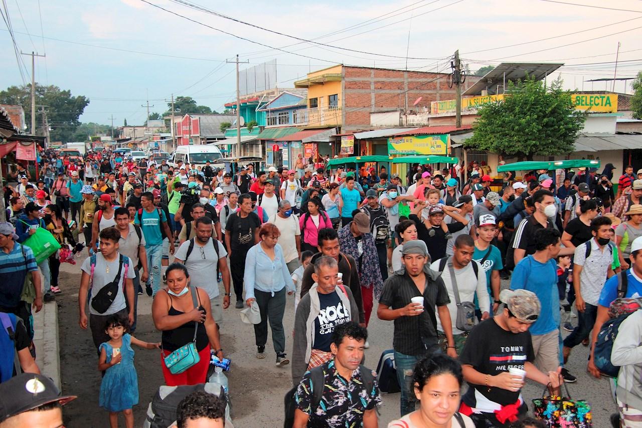 Caravana migrante avanza a paso lento por el sur de México y bajo vigilancia
