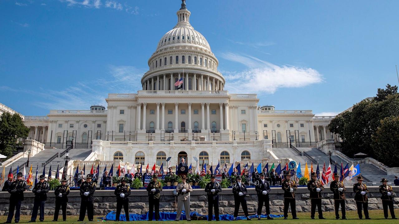 Biden homenajea a los policías que contuvieron el asalto al Capitolio