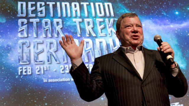 William Shatner durante una rueda de prensa sobre la convención de Star Trek, en Fráncfort (Alemania). Shatner, que dio vida al famoso capitán Kirk en la serie de ciencia ficción Star Trek, será uno de los tripulantes del nuevo vuelo espacial de Blue Origin, la compañía creada por el fundador de Amazon, Jeff Bezos.