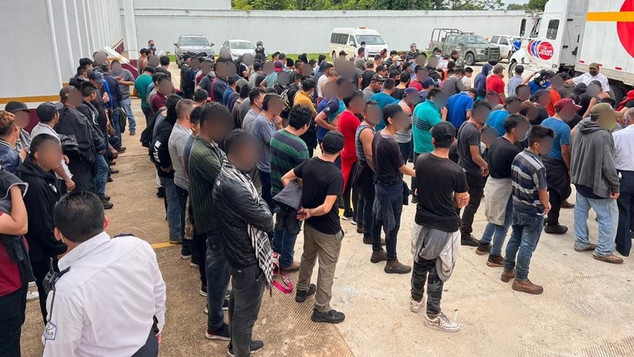 Interceptan a 334 migrantes hacinados en un tráiler en Veracruz