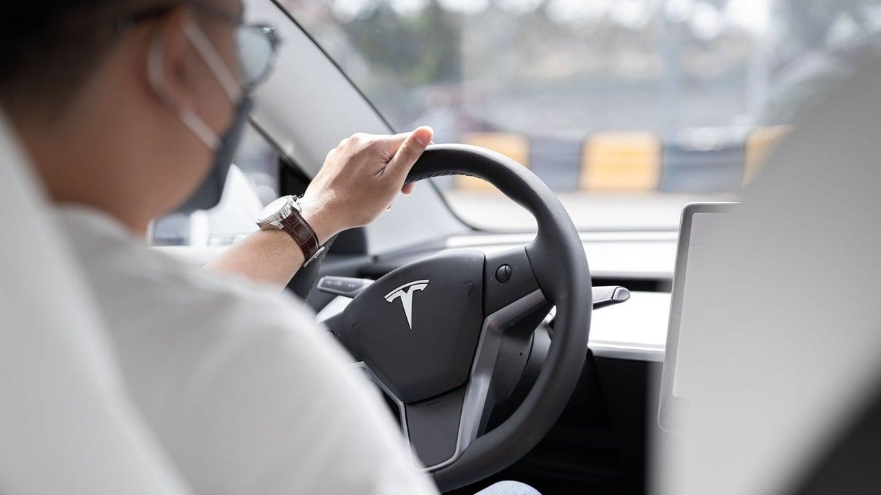 Uber se asocia con Hertz para ofrecer 50,000 autos Tesla a conductores