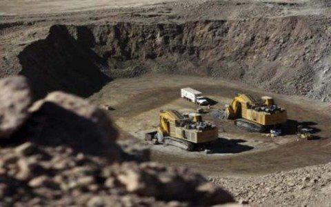 Fitch rebaja calificación a minera de Carlos Slim