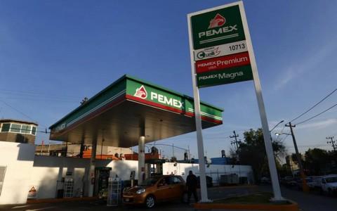 Gasolina Magna baja un centavo, Premium aumenta dos
