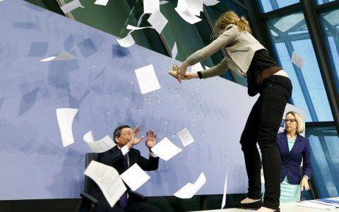 """Mujer interrumpe a Draghi al grito de """"abajo la dictadura"""""""