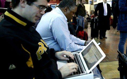 EU y Reino Unido prohíben laptops en cabina en vuelos desde Oriente Medio
