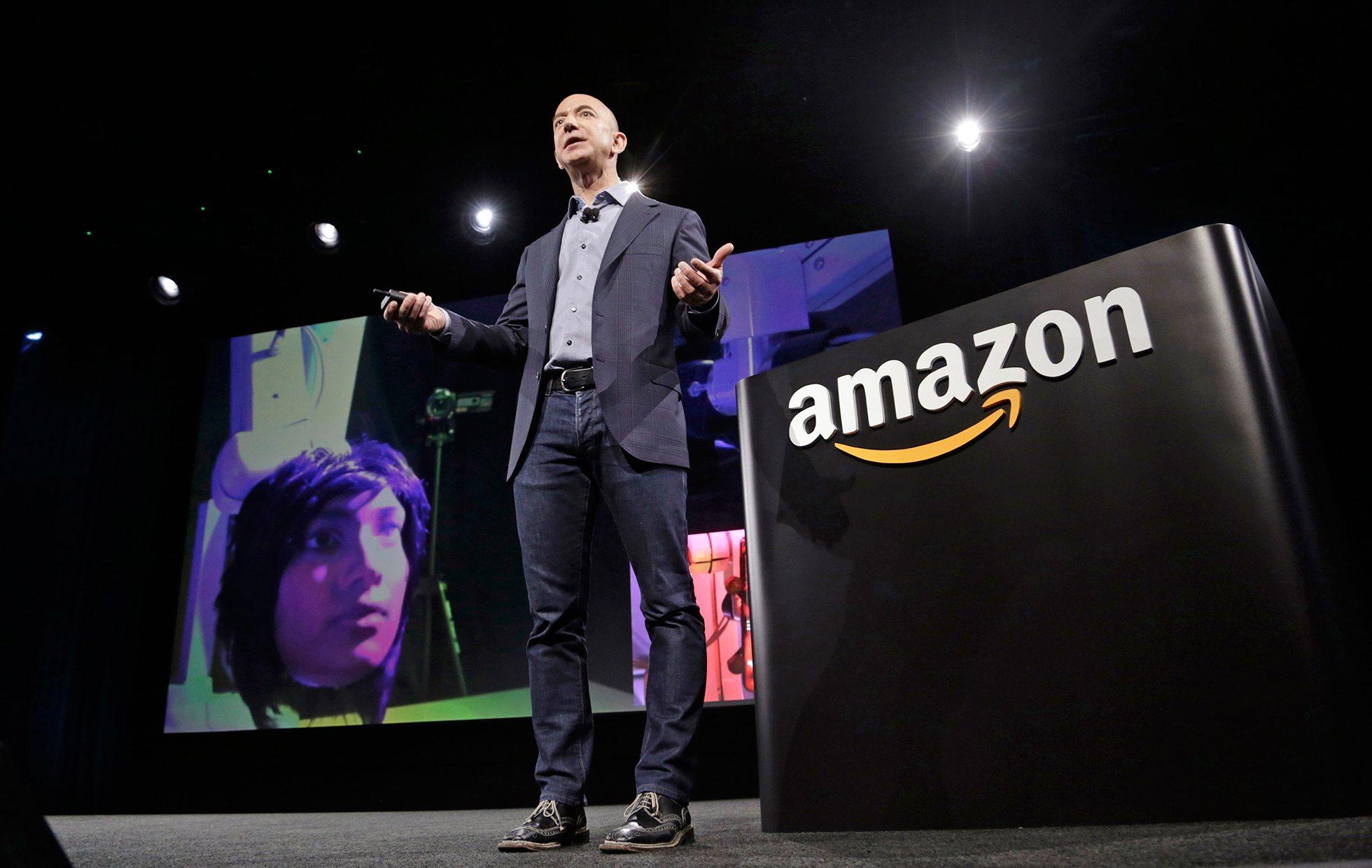 Jeff Bezos respalda demanda en contra del veto migratorio de Trump