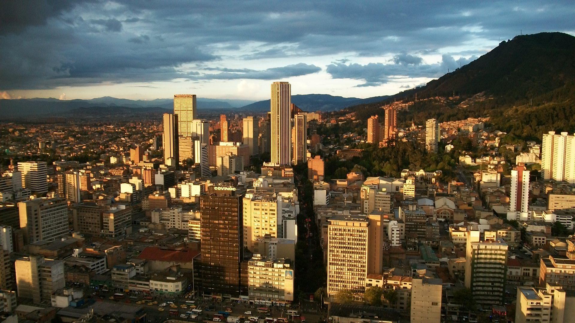 Autoridades buscan a autores de explosión en Bogotá