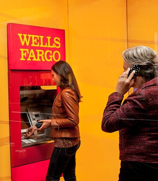 Renuncia CEO de Wells Fargo, John Stumpf