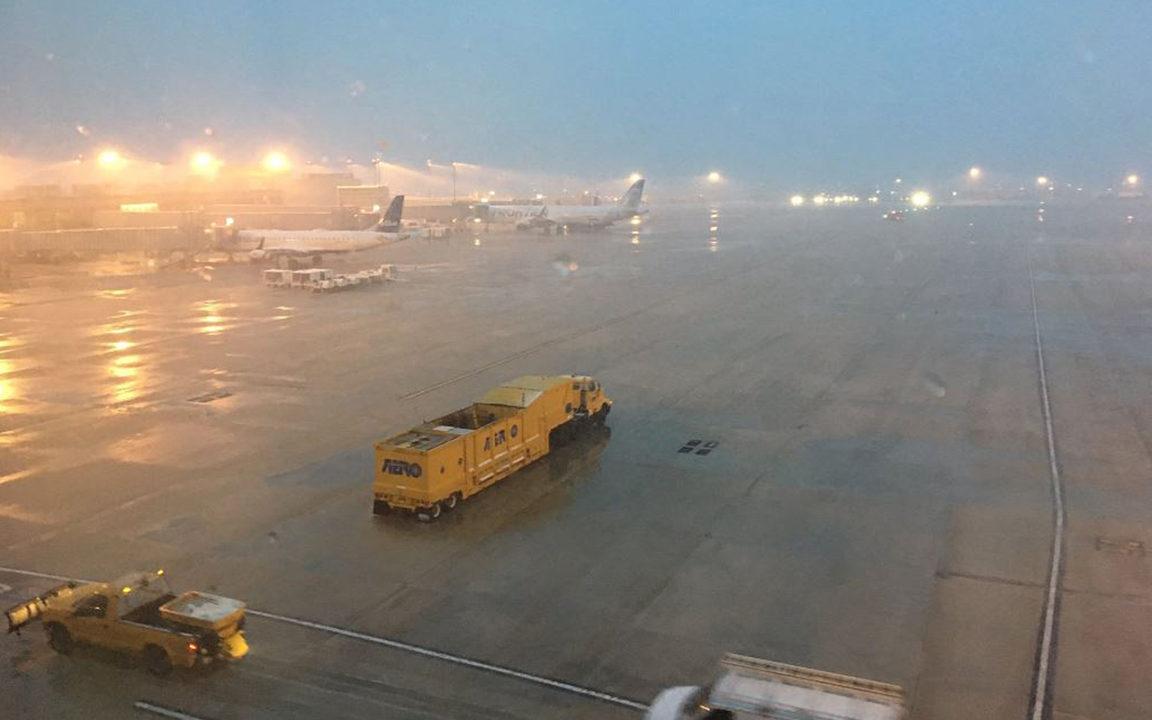 Tormenta de nieve obliga a cancelar más de 3,000 vuelos en EU