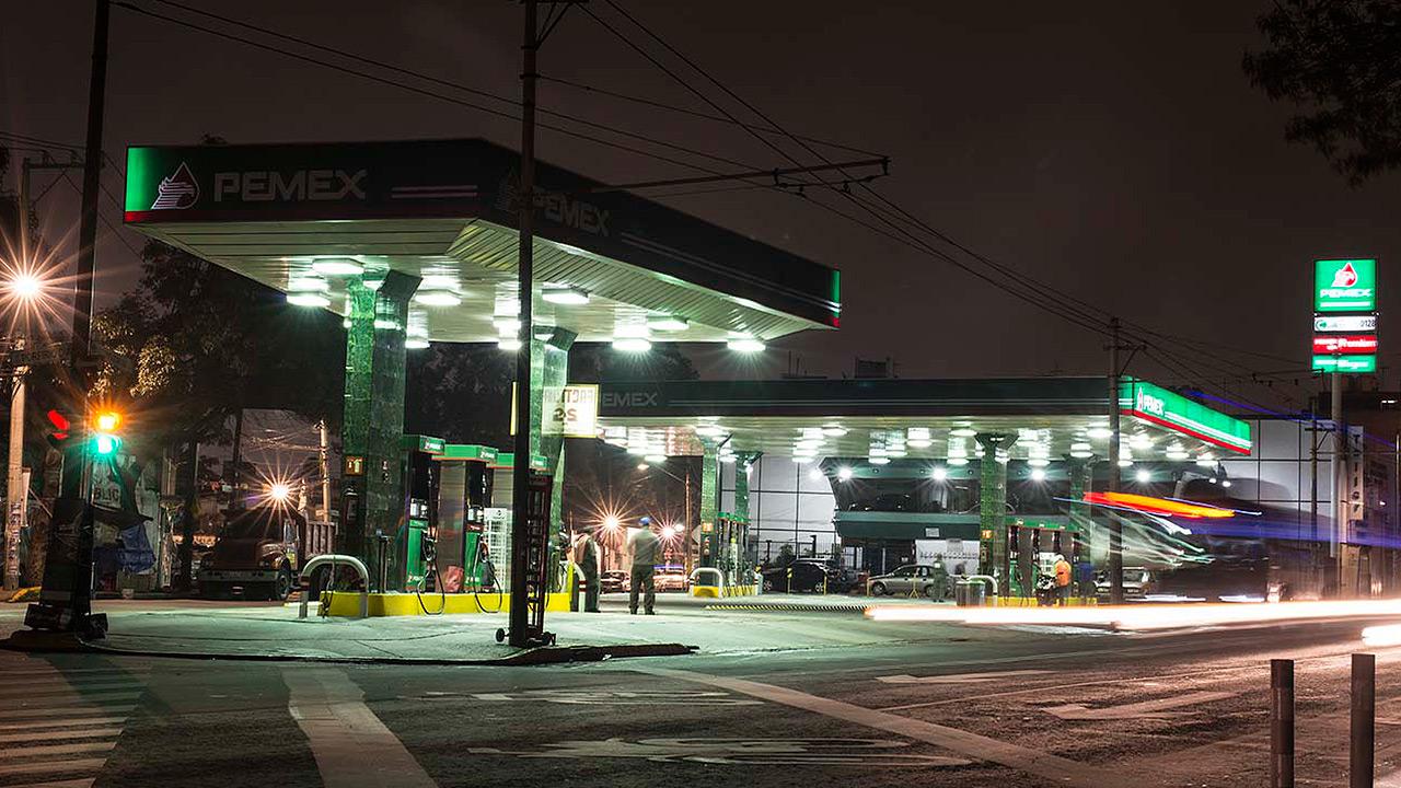 Gasolinas amanecen más baratas este viernes
